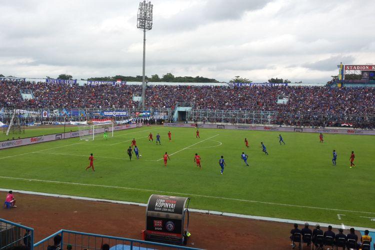 Skuad Arema FC saat meladeni timnas U-22 dalam laga uji coba di Stadion Kanjuruhan, Kabupaten Malang, Minggu (10/2/2019).