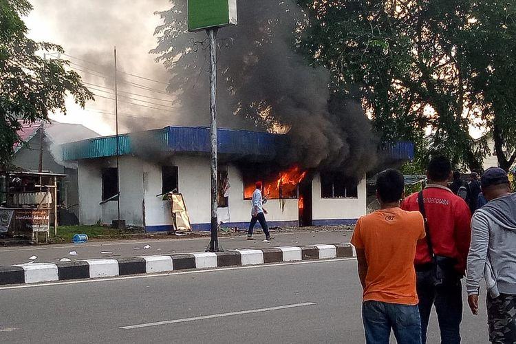 Pos Polisi Lalu Lintas Perempatan Jalan Tanjung Raya, Kecamatan Pontianak Timur, Kota Pontianak, Kalimantan Barat, Rabu (22/5/2019), dibakar massa tak dikenal.