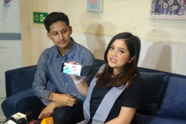 Penyanyi Tasya Kamila dan suaminya  Randi Bachtiar dalam jumpa pers anak pertama mereka di kawasan Kebayoran Baru, Jakarta Selatan, Kamis (16/5/2019).
