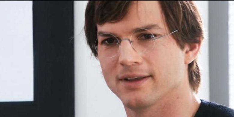 Aktor Ashton Kutcher berperan sebagai Steve Jobs dalam film Jobs yang menceritakan perjalanan hidup pendiri Apple.