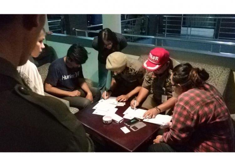 Saat Satpol PP lakukan pendataan dan tes urine di Kosan Rahayu Kelapa Dua cc97e325ac