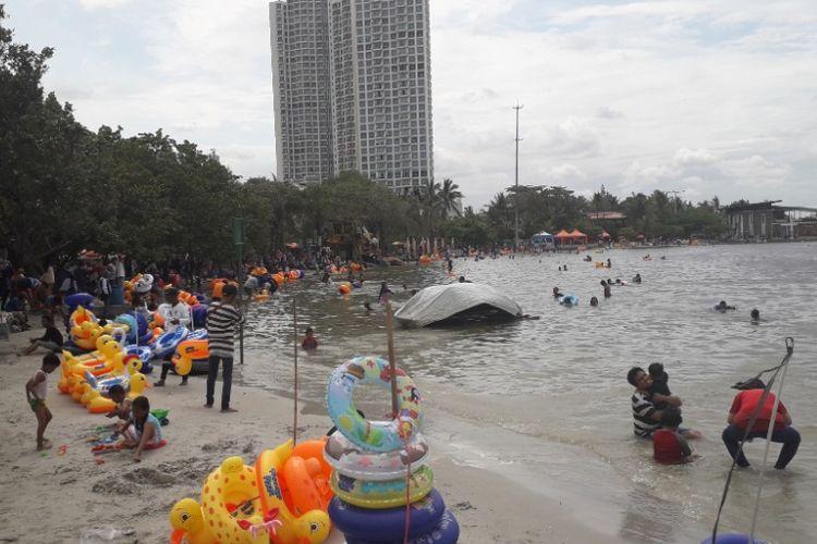 Suasana Pantai Beach Pool Ancol pada libur Natal, Selasa (25/12/2018).