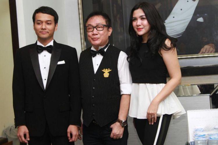 Ade Imam, desainer Amin Brutus, dan Vicky Shu Ade ketika ditemui wartawan di Brutus Rumah Mode, Grand Indonesia, Jakarta Pusat, Sabtu (16/9/2017).