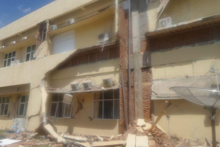 Kondisi Rumah Sakit Umum Daerah (RSUD) Tanjung, Kabupaten Lombok Utara, 90 persen bangunan rumah sakit rusak oleh sebab gempa.