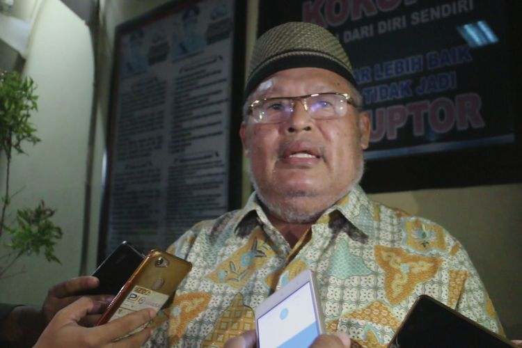 Ibrahim Kadir Tuasamu, kuasa hukum IAS, menyampaikan keterangan kepada sejumlah pekerja media, usai menemani proses pemeriksaan di Kantor Polres Cirebon Senin (13/5/2019) malam.