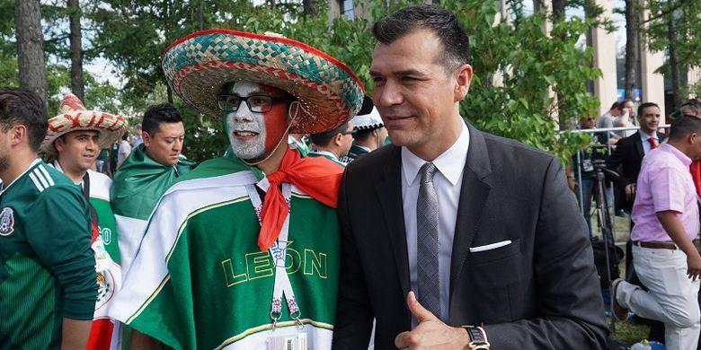 Eks pemain tim nasional Meksiko Jared Borgetti berfoto bersama para pendukung timnas Meksiko di Stadion Luzhniki, Moskwa, Rusia, Minggu (17/6/2018).