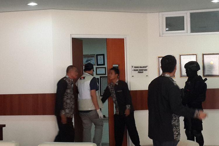 Penyidik KPK saat memasuki ruang kerja Wali Kota Batu Eddy Rumpoko di lantai 5 Balai Kota Among Tani Kota Batu, Jawa Timur, Senin (18/9/2017).
