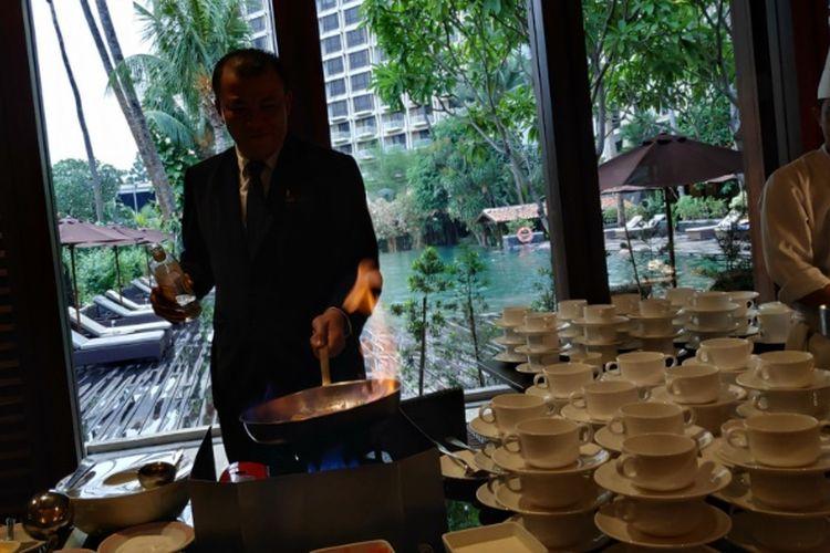 Pembuatan sup tomat legendaris Taman Sari dari The Sultan Jakarta.