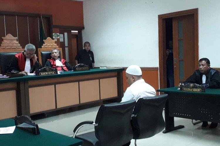 Salah satu terdakwa bernama Dimas Ari Sadewo saat melakukan sidang dakwaan perdananya di PN Jakarta Barat pada Kamis (15/8/2019).