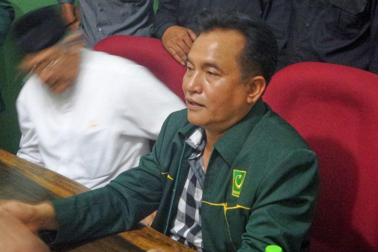 Kuasa hukum Hizbut Tahrir Indonesia (HTI) Yusril Ihza Mahendra saat menggelar konferensi pers di kantor DPP Partai Bulan Bintang, Kalibata, Jakarta Selatan, Senin (17/7/2017).