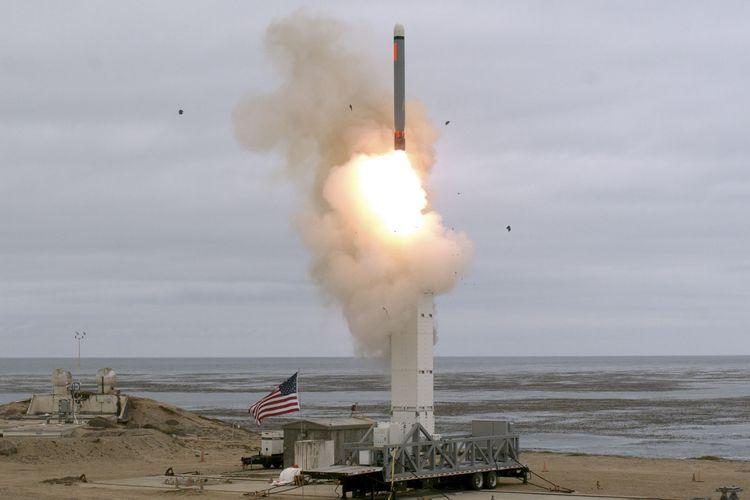 Foto yang dirilis Kementerian Pertahanan Amerika Serikat (AS) pada 18 Agustus 2019 menunjukkan uji coba rudal jelajah jarak menengah pada pukul 14.30 waktu setempat di Pulau San Nicolas, California.