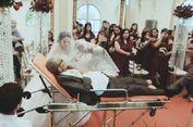 Ayah Ini Dampingi Putrinya ke Altar Pernikahan di Atas Brankar
