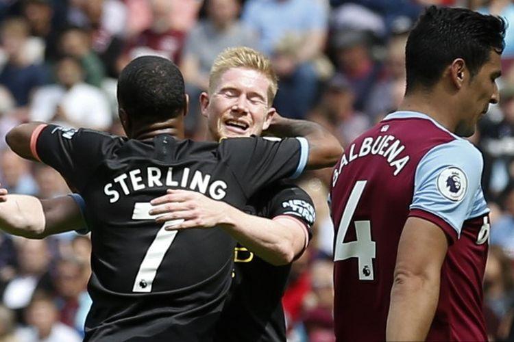 Raheem Sterling merayakan golnya bersama Kevin De Bruyne pada laga West Ham United vs Manchester City di Stadion London, 10 Agustus 2019.