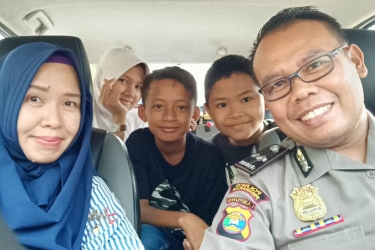 Adit bersama keluarga Aipda Turono