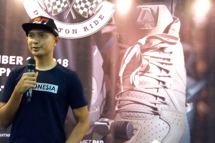 Pebalap motor Indonesia Dimas Ekky Pratama. Kelahiran Depok 26 Juli 1992 ini berharap memberikan prestasi terbaik pada Moto2 World Championship 2019. Pada kejuaraan ini, Dimas yang juga menjadi duta sepatu League Duraton Ride tergabung dalam Idemitsu Honda Team Asia.
