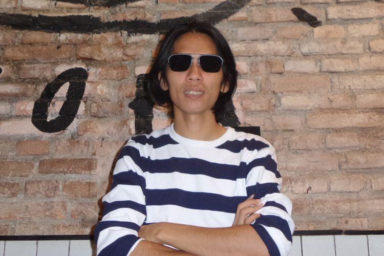 Angga Dwimas Sasongko berpose di Kedai Kopi Filosofi Kopi, Blok M, Jakarta Selatan, Kamis (23/11/2017).