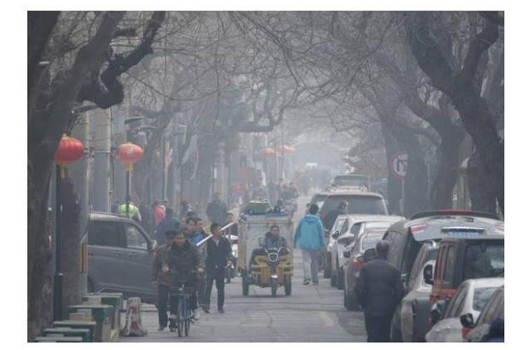 Kondisi cuaca di Hutong, pada hari yang tercemar di pusat Beijing, Cina (2/3/2019).