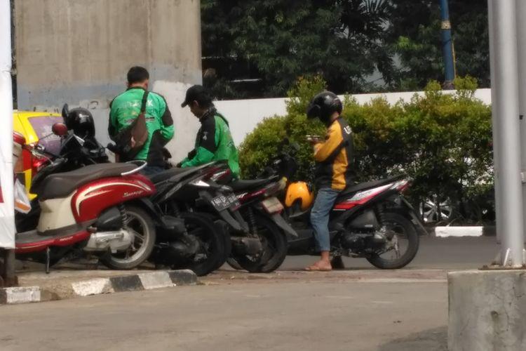 Pengemudi Ojek Online di Jalan HR Rasuna Said, Jakarta Selatan. Kamis (10/8/2017).