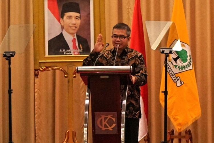Kepala Unit Kerja Presiden Pemantapan Ideologi Pancasila (UKP-PIP) Yudi Latif saat menjadi pembicara seminar nasional fraksi Partai Golkar MPR RI di Hotel Kartika Chandra, Jakarta, Kamis (19/10/2017).