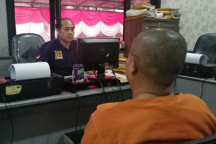 SR, PNS cimahi yang cabuli remaja berkebutuhan khusus, tengah diperiksa oleh petugas kepolisian.
