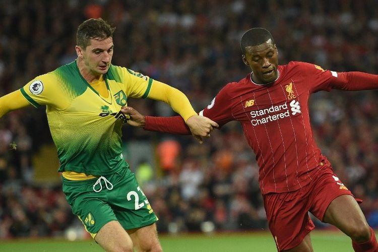 Kenny McLean dan Giorginio Wijnaldum berebutan bola pada pertandingan Liverpool vs Norwich City di Stadion Anfield dalam pekan pertama Liga Inggris 2019-2020, 9 Agustus 2019.