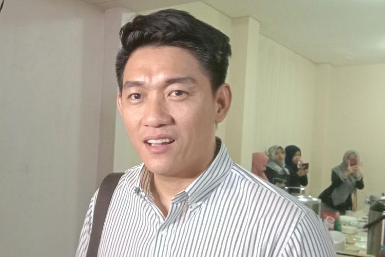 Ifan Seventeen dalam wawancara seusai menggelar pengajian untuk mendiang istrinya, Dylan Sahara, dan personel Seventeen lainnya di Kompleks DPR Rawajati, Kalibata, Jakarta Selatan, Jumat (11/1/2019) malam,  yang meninggal akibat musibah tsunami Selat Sunda
