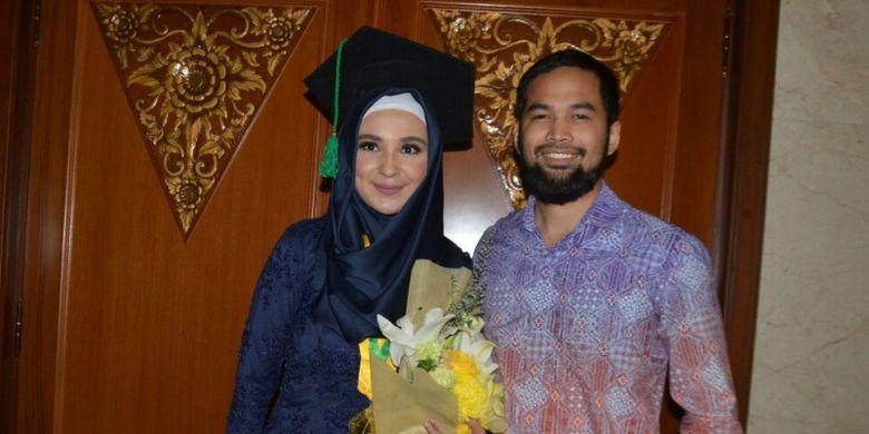 Shireen Sungkar bergambar bersama Teuku Wisnu sesudah Shireen diwisuda di Jakarta Convention Center, Senayan, Jakart Pusat, pada Senin (3/4/2017). Ia telah meraih gelar sarjana ilmu komunikasi S1 dari Fakultas Ilmu Komunikasi di Universitas Prof Dr Moestopo (Beragama).