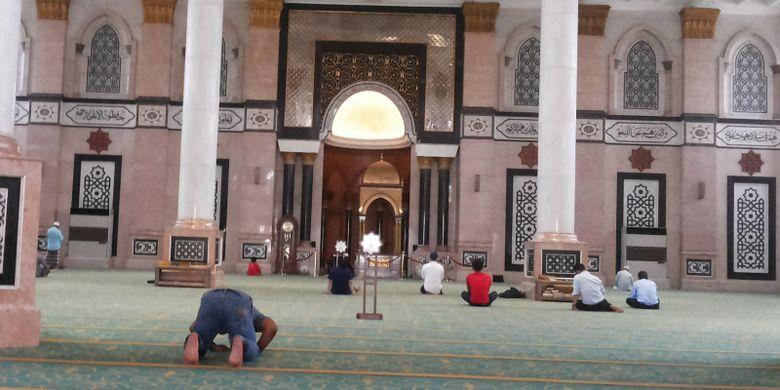 Bagian dalam Masjid Dian Al Mahri atau yang lebih dikenal sebagai Masjid Kubah Emas yang berlokasi di Jalan Raya Meruyung, Sawangan, Depok. Foto diambil pada Senin (5/6/2017).