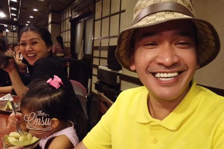Ruben Onsu dan keluarga saat makan di restorian Oooiii di Singapura.