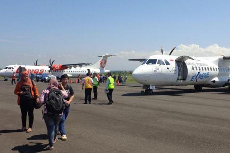 Pesawat Wings Air dan Garuda Indonesia di Bandara Blimbingsari, Banyuwangi, Jawa Timur, Kamis (1/5/2014).