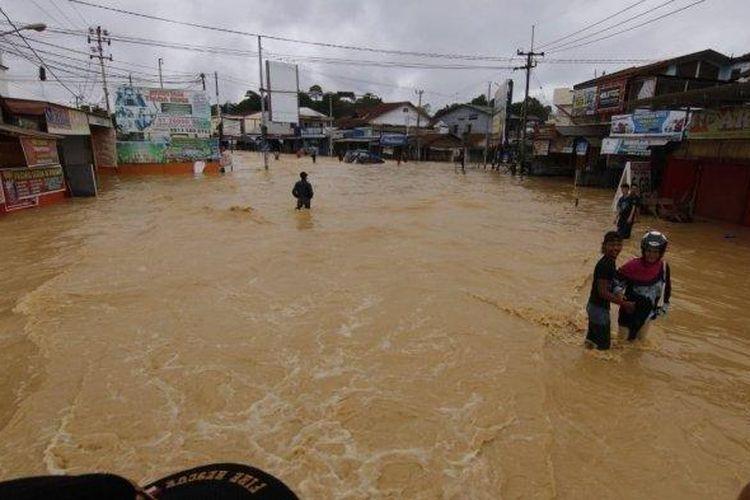 Sejumlah akses jalan di Kota Samarinda, Provinsi Kalimantan Timur terputus akibat banjir, Minggu (9/6/2019).