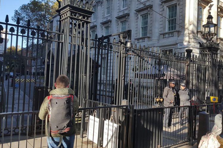 Pintu hitam jauh di balik gerbang besar ini terdapat pintu bernomor 10 atau yang dikenal dengan nama 10 Downing Street, kantor Perdana Menteri Inggris. Kantor dan tempat tinggal yang sudah dibangun sejak tahun 1735 ini merupakan tempat perdana menteri dari masa ke masa mengendalikan urusan negara dan menghasilkan berbagai keputusan yang menentukan nasib Inggris.