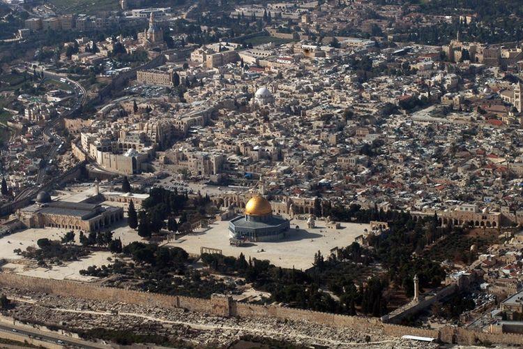 Foto arsip yang diambil pada 11 Januari 2010 menunjukkan pemandangan udara Kota Tua Yerusalem. (AFP/Marina Passos)