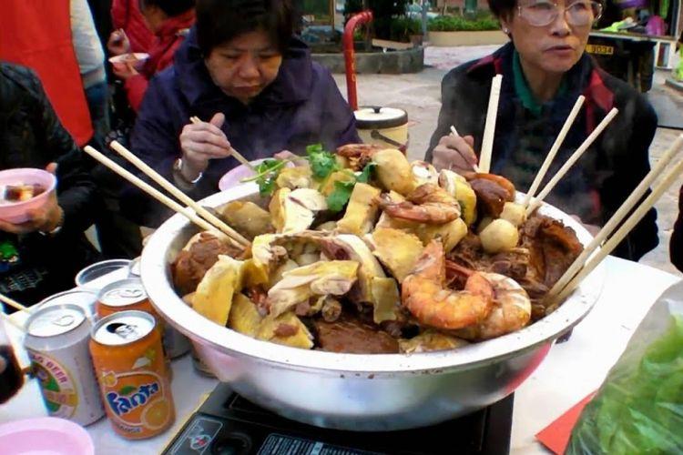 Makan poon choi bersama saat perayaan Imlek.