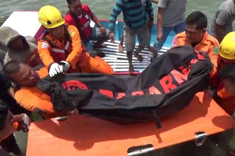 Tim Basarnas mengevakuasi jenazah nelayan yang tewas karena kakinya terlilit tali