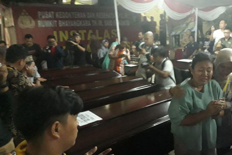 Suasana saat penyerahan surat kematian jenazah penumpang Lion air PK-LQP kepada pihak keluarga di RS Polri Kramat Jati, Jakarta Timur, Senin (5/11/2018).