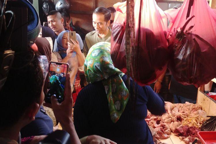Presiden RI Joko Widodo melakukan blusukan ke Pasar Cihaurgeulis, Bandung, Minggu (11/10/2018) pagi. Jokowi tiba di pasar itu sekitar pukul 07.25 WIB.