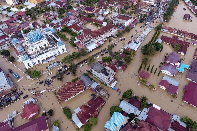 Foto udara banjir yang merendam Kota Lhoksukon, ibu kota Kabupaten Aceh Utara, Provinsi Aceh, Senin (4/12/2017).