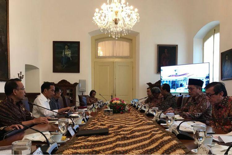 Presiden Joko Widodo, Kamis (26/4/2018), saat memimpin rapat terbatas membahas dana haji di Istana Presiden Bogor.