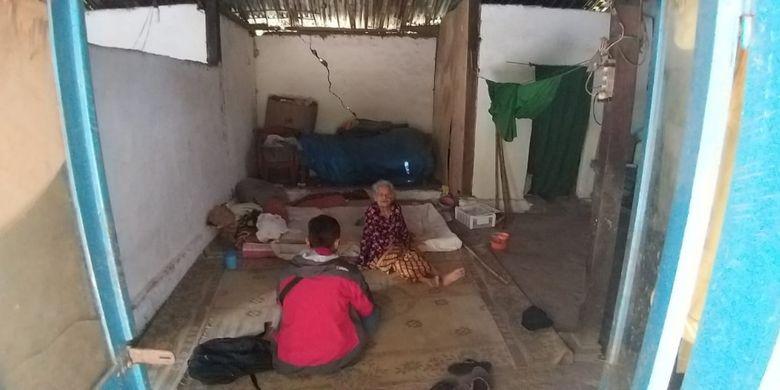 Mbah Siam tinggal di rumah sederhanya yang dindingnya banyak yang retak di Dusun Kwangsen, Desa Kwangsen, Kecamatan Jiwan, Kabupaten Madiun, Jawa Timur.