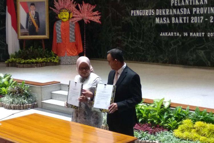 Gubernur DKI Jakarta Anies Baswedan dan istrinya Fery Farhati, mengukuhkan pengurus Dewan Kerajinan Nasional Daerah (Dekranasda) DKI Jakarta, Rabu (14/3/2018).