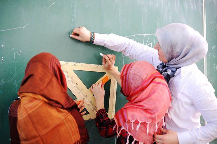 Ilustrasi siswi berhijab di sekolah.