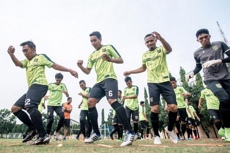 Para pemain Persebaya menjalani sesi latihan di Lapangan Polda Jatim, Jumat (11/1/2019).