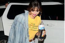 Kaus Selena Gomez Diduga Siratkan Status Jalinan Asmaranya