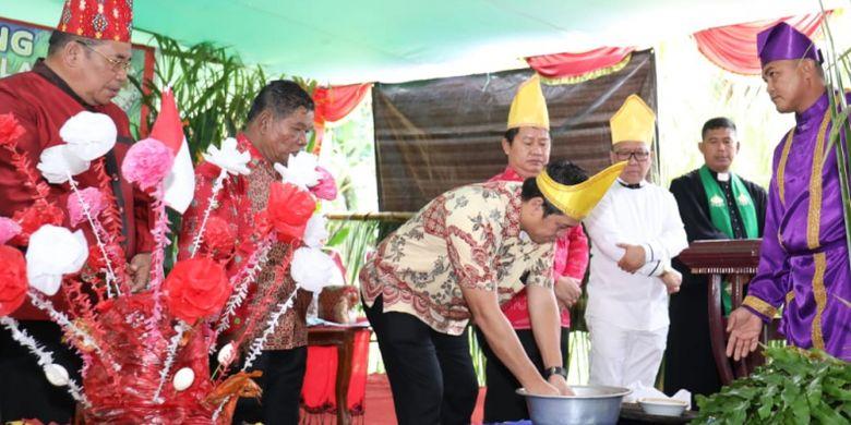 Wakil Gubernur Sulawesi Utara (Sulut) Steven O. E Kandouw, saat mengikuti acara Ibadah Syukur dan gelar adat Tulude di Batusaiki, Molas, Manado, Sabtu (2/2/2019 ).
