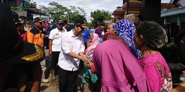 Wakil Gubernur Jawa Timur Emil Elestianto Dardak meninjau langsung lokasi terdampak banjir,dan menyempatkan menyapa warga, Minggu (10/3/2019).