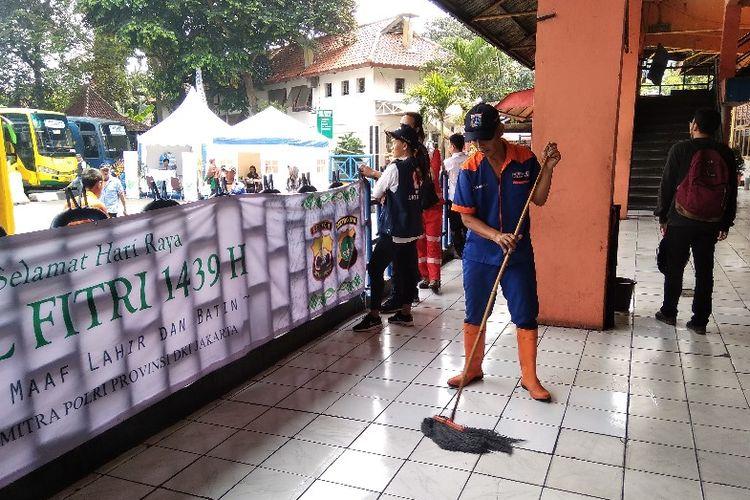 Seorang petugas kebersihan di Terminal Kampung Rambutan, Rabu (13/6/2018).