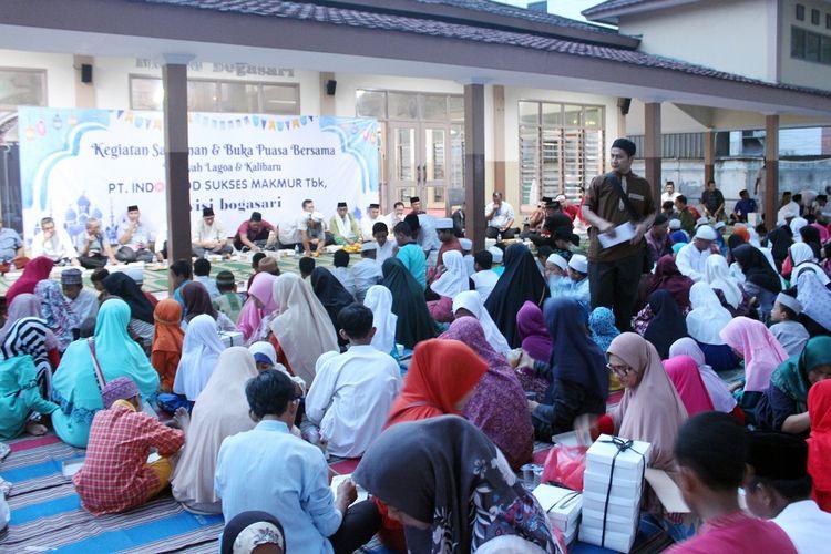 Buka bersama Bogasari dengan 320 anak yatim di daerah sekitar pabrik Bogasari di Tanjung Priok, Jakarta Utara.