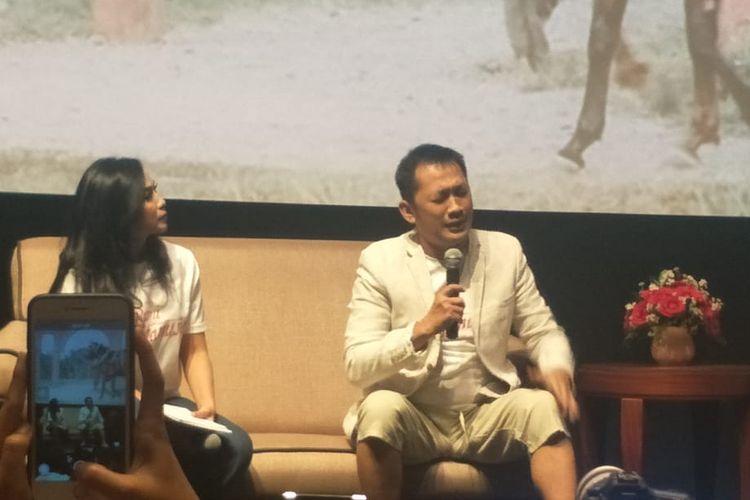 Hanung Bramantyo menangis dalam jumpa pers peluncuran poster film Bumi Manusia di XXI Epicentrum, Kuningan, Jakarta Selatan, Rabu (19/6/2019).