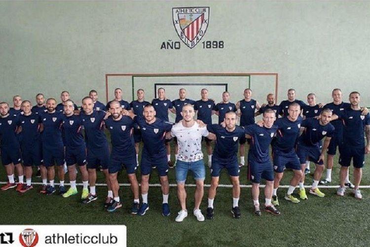 Para pemain Athletic Bilbao menggunduli rambut sebagai bentuk simpati kepada Yeray Alvarez (baju putih) jelang latihan pramusim, Jumat (7/7/2017).
